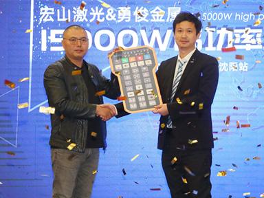 逆势增zi,勇俊金属yin入宏shan15000W高功率jiguang切割机